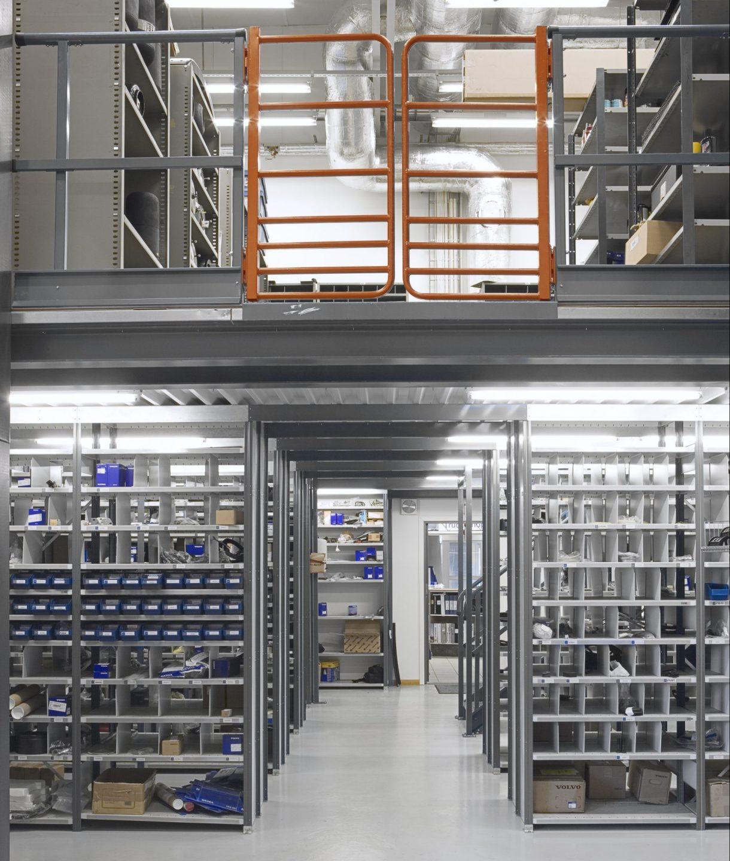 Ett extra plan med entresol på lagerhyllor